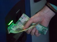 Ai grija cand scoti bani de la bancomat! Device-ul care iti poate clona cardul
