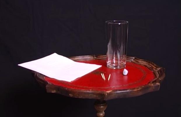 Provocare: Cum ridici o masa folosind un pahar cu apa, un servetel, 3 chibrituri si o bucatica de plastilina. VIDEO
