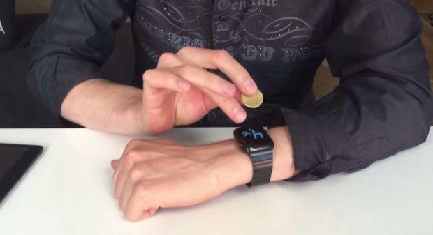 Cum bagi o moneda intr-un Apple Watch! Magicianul cu iPad loveste din nou! VIDEO