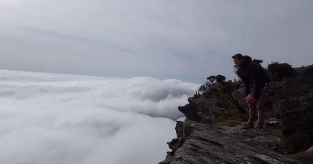 Un fenomen din fizica te va lasa fara cuvinte! Ce se intampla cu aceasta minge cand e aruncata de deasupra norilor! VIDEO