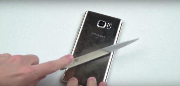 Teste extreme pentru Galaxy Note 5. A fost lovit cu ciocanul si cutitul. Ce s-a intamplat dupa primele 7 secunde. VIDEO