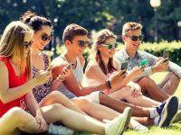 Aceasta este dependenta generatiei actuale! Utilizatorii de smartphone stau 28 de zile pe an cu ochii in telefon