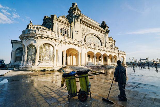 Cazinoul din Constanta este readus la viata cu 1,5 tone de sclipici multicolor in noua reclama Sony BRAVIA