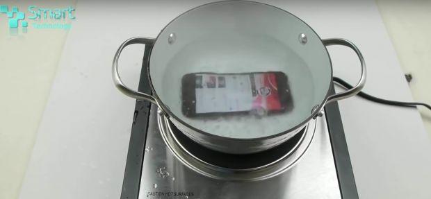 Nu te asteptai la asa ceva! Ce se intampla cand fierbi un iPhone 7: VIDEO