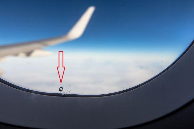 Detaliul care iti poate salva viata. De ce exista mici gauri in geamurile avioanelor?