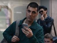 Lovitura sub centura pentru Apple! Cum ironizeaza Samsung lansarea iPhone X