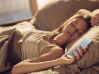 Ce patim daca dormim cu telefonul mobil langa noi? Medicii trag un semnal de alarma