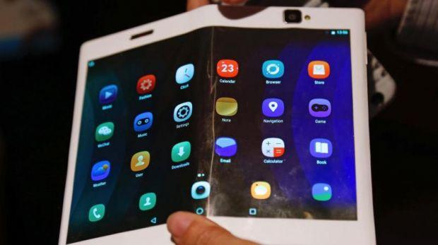 Inca un producator de smartphone obtine brevet pentru un telefon pliabil! Cum va arata Motorola cu ecran flexibil