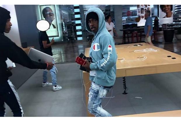 Au furat 20 de iPhone din magazin, chiar de sub ochii clienților! Cum au reacționat aceștia