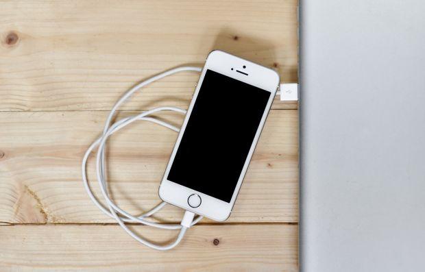 De ce se descarcă mai repede telefonul, după doar câteva luni de utilizare? Experții au deslușit misterul