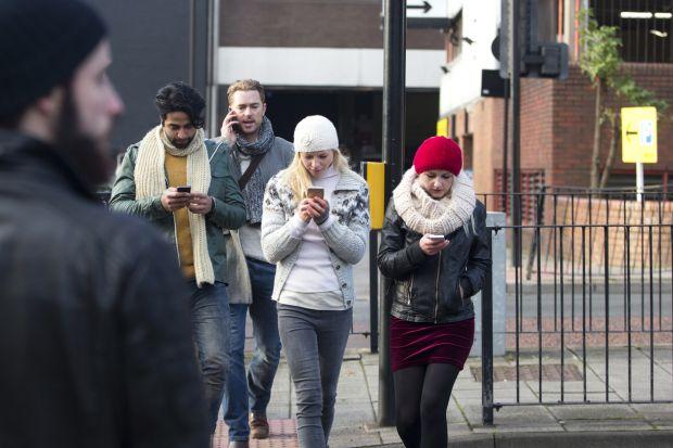 Măsură radicală. Pietonii care folosesc telefonul în timp ce traversează vor fi amendați