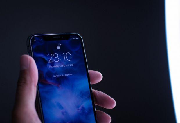 Cum a rezolvat Apple eroarea care nu permite încărcarea unor iPhone Xs cu ecranul închis