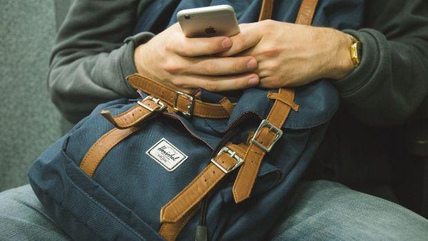 Compania care te plătește cu 100.000 de dolari ca să renunți la smartphone timp de un an