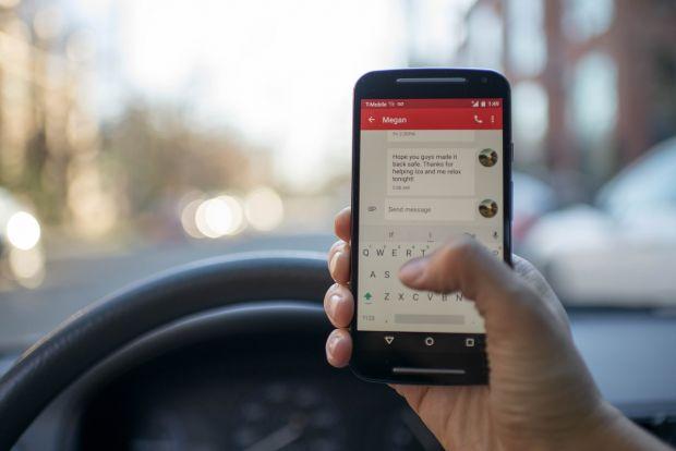 Folosirea telefonului mobil la volan, mai periculoasă ca băutura