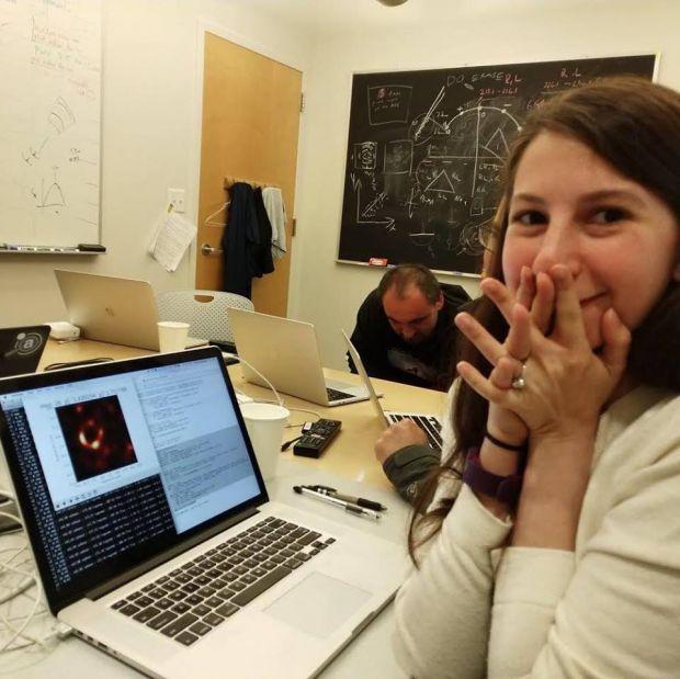 Katie Bouman, tânăra care a făcut posibilă prima fotografiere a unei găuri neagre