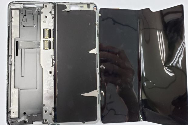 A desfăcut un Samsung Galaxy Fold: cum arată în interior și de ce este ecranul atât de fragil