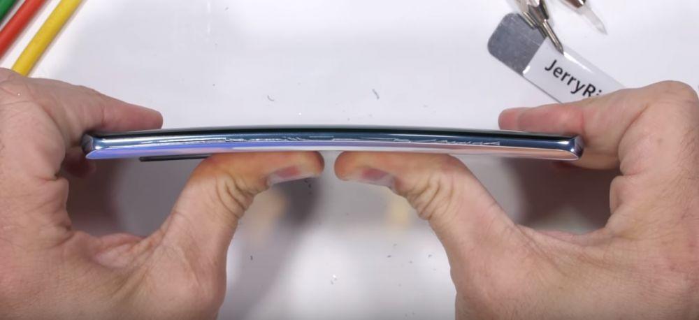 Experiment cu final neașteptat: ce se întâmplă cu un Huawei P30 Pro când este ars și îndoit?