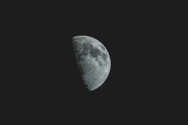 Noi imagini impresionante cu partea întunecată a Lunii
