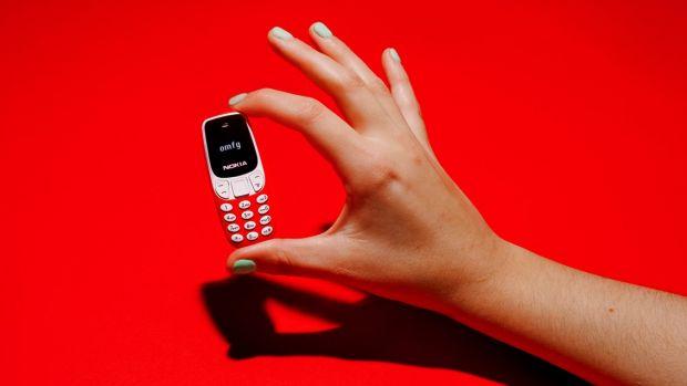 Ce specificații are cel mai mic telefon din istorie? Costă 20 dolari și e de dimensiunile unei brichete