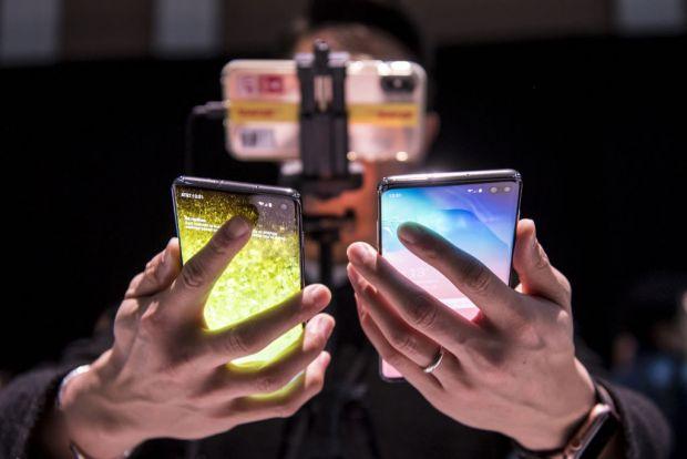 Samsung lucrează la primul model de smartphone cu ecran complet fără margini