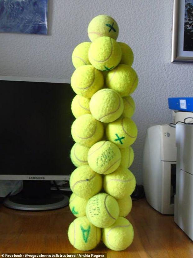 Construcția bdquo;imposibilă  din mingi de tenis realizată de un fizician. De ce nu se dărâmă turnul?