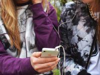 Ce se întâmplă atunci când împarți căștile de la telefon cu altcineva