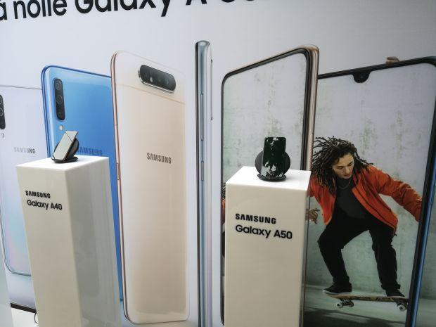 Samsung a prezentat în România noua serie Galaxy A, care include și un telefon cu cameră foto rotativă