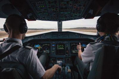 Pericol în aer: telefoanele afectează aparatura de bord chiar și în modul avion. Ce aeronave sunt vulnerabile