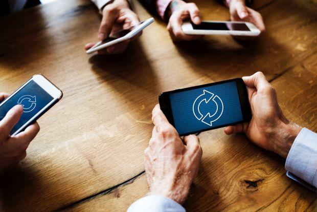 Încă o companie intră pe piața de smartphone-uri. Aplicația virală care va fi preinstalată