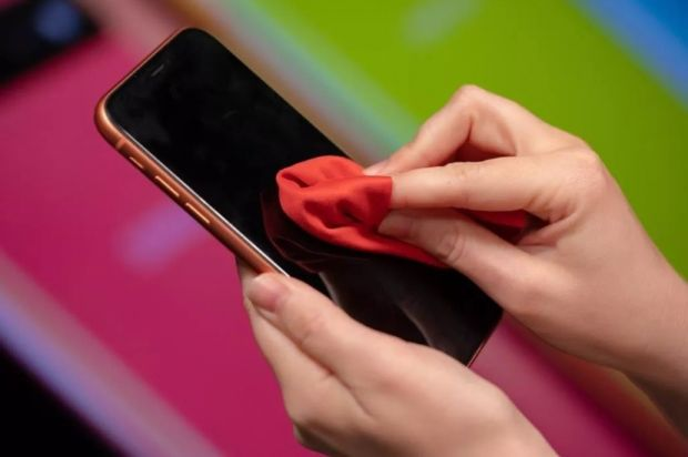 Cea mai mare greșeală pe care o faci când îți cureți ecranul telefonului