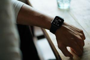 Ceasul inteligent care te ajută să stai corect la birou. Cum funcționează