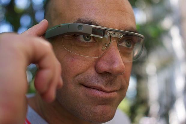 Facebook vrea să producă ochelari inteligenți, care să poată înlocui telefoanele mobile