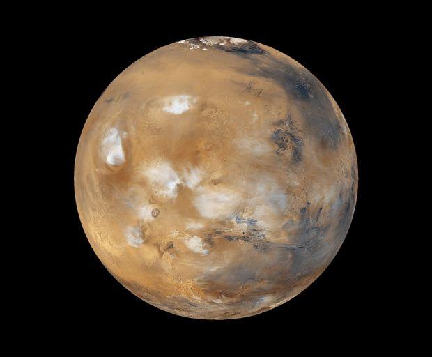 Depozite uriașe de apă înghețată, descoperite la doar 30 cm sub solul de pe Marte