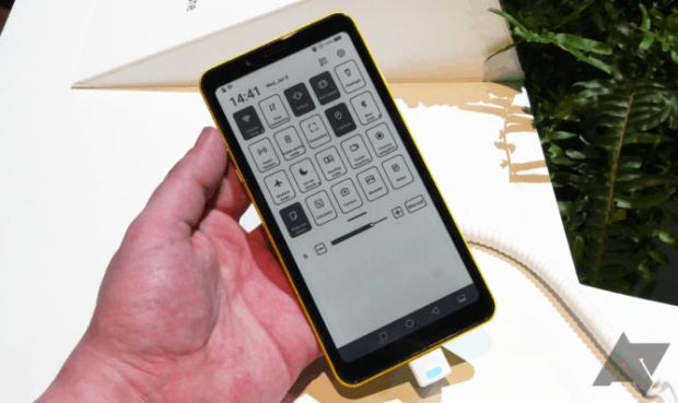 Cum arată primul telefon din lume care folosește tehnologia E-Ink pentru display