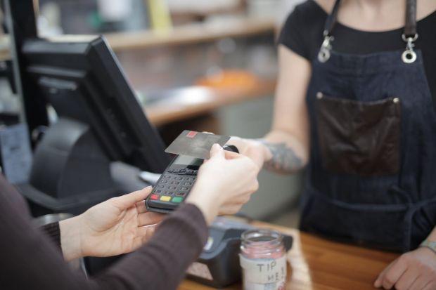 Samsung lansează primul său card de debit, concurând astfel cu Apple Card