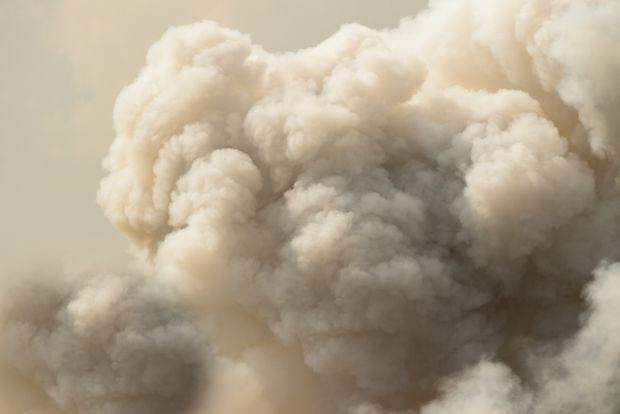 Poluarea aerului crește riscul de deces al persoanelor cu COVID-19. Explicațiile cercetătorilor