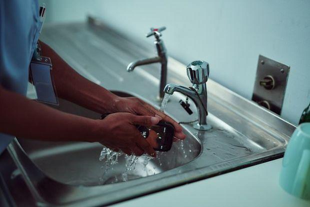 Primul telefon antibacterian previne răspândirea microbilor și poate fi spălat cu apă și săpun