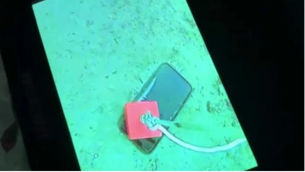 Ce se întâmplă cu un iPhone după ce a stat o lună întreagă într-un lac înghețat. Rezultatul este uimitor