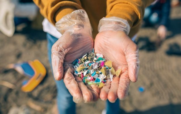 Semnal de alarmă al ecologiștilor. Particulele de microplastic au un întreg bdquo;circuit în natură  și sunt prezente și în aerul pe care îl respirăm