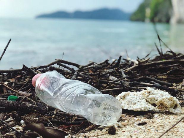 Primul plastic biodegradabil se descompune sub acțiunea apei și căldurii
