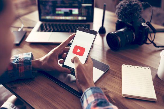 YouTube testează o nouă funcție, foarte utilă pentru vizualizarea clipurilor în alte limbi