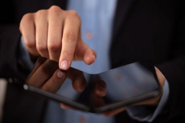 Încă o companie vrea să lanseze un smartphone pliabil. Ce promite dispozitivul