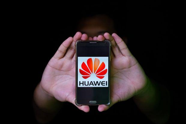 Huawei a patentat un telefon inovator, cu o cameră de selfie integrată sub display