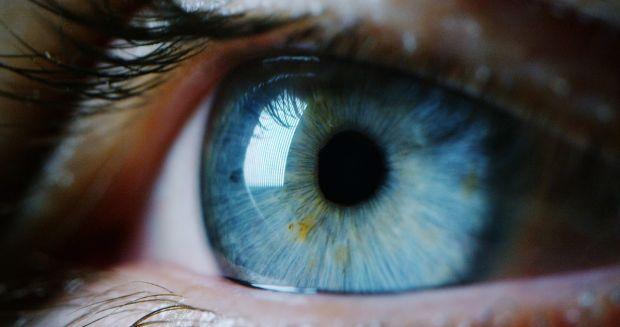 Simptomele bdquo;long Covid  ar putea fi vizibile în ochii pacienților. Cum știi dacă infecția acționează în continuare în corp