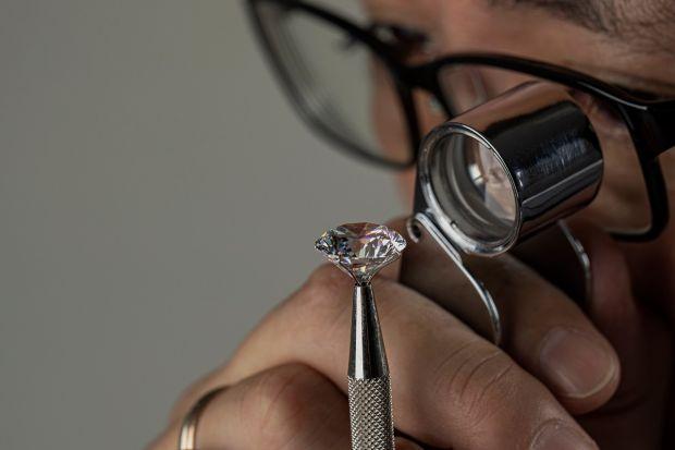 Oamenii de știință au reușit să creeze sticla mai dură decât diamantul