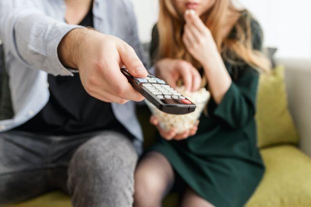 Te uiți mai mult de 4 ore pe zi la televizor? Iată cum are de suferit corpul tău