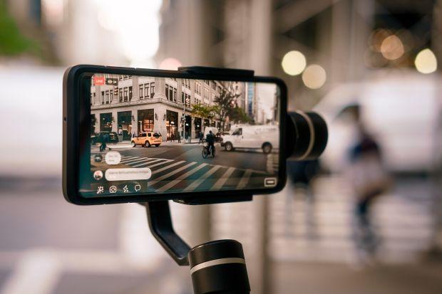 Filme realizate integral cu telefonul? Un producător de top a încheiat un parteneriat cu regizori de renume mondial